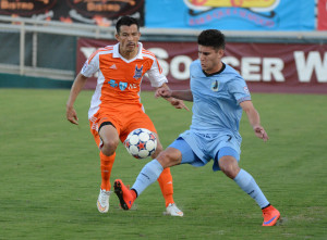 Kupono Low and Minnesota's Kevin Venegas in 2015 (Photo:Rob Kinnan/Carolina RailHawks)