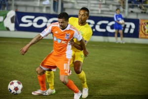 Carolina's Nacho Novo boxes out Tampa's Tamika Mkandawire (Photo: Carolina Railhawks)